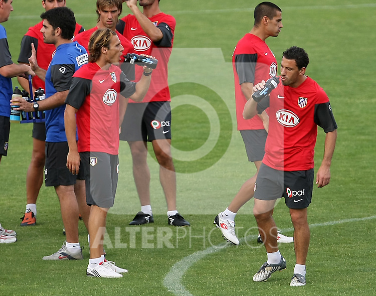 Atletico de Madrid's Diego Forlan (l) and Maxi Rodriguez  during training sesion. August 05 2009. (ALTERPHOTOS/Acero).
