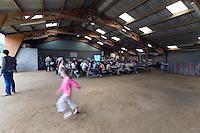Ambiance avant le fest-noz. Le hangar a ete construit pour les festou-noz, au fond les danseurs se restaurent de galettes et de crepes