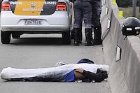 SAO PAULO, SP, 10 de MAIO 2013 - TENTATIVA DE ASSALTO - Um homem morreu em um tiroteio durante uma tentativa de assalto a um policial civil de moto na alça de acesso da Rodovia Castello Branco para a Marginal Pinheiros, em São Paulo, nesta sexta-feira (10). O policial teria reagido a abordagem de criminosos e matou um dos assaltantes.  (FOTO: ADRIANO LIMA / BRAZIL PHOTO PRESS).