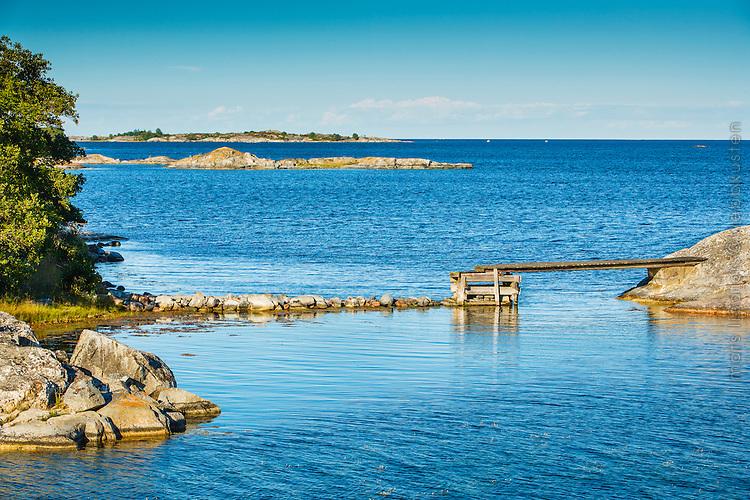 Bro till liten  ö ipå Norrpada i Stockholms ytterskärgård Roslagen