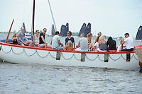 ZEILEN: LANGWEER: Langwarder Wielen, 24-07-2014, SKS skûtsjesilen, toeschouwers op het water, ©foto Martin de Jong