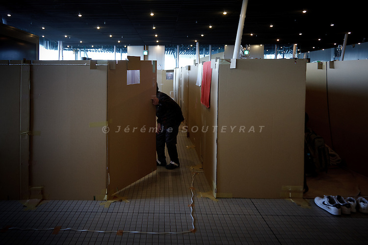 Koriyama, April 25 2011 - .(eng) To preserve their privacy, refugees created their own spaces with cardboard..(fr) Pour garder leur intimité, les refugies ont cree des espaces de vie delimites par des cartons.
