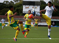 NEIVA - COLOMBIA -22-02-2017: William Duarte (Izq.) jugador de Atletico Huila disputa el balón con Yulian Anchico (Der.) jugador de Atletico Bucaramanga, durante partido entre Atletico Huila y Atletico Bucaramanga, por la fecha 5 de la Liga Aguila, I 2017 en el estadio Guillermo Plazas Alcid de Neiva. / William Duarte (L), player of Atletico Huila vies for the ball with Yulian Anchico (R) player of Atletico Bucaramanga, during a match for the date 5 of the Liga Aguila I 2017 at the Guillermo Plazas Alcid Stadium in Neiva city. Photo: VizzorImage  / Sergio Reyes / Cont.