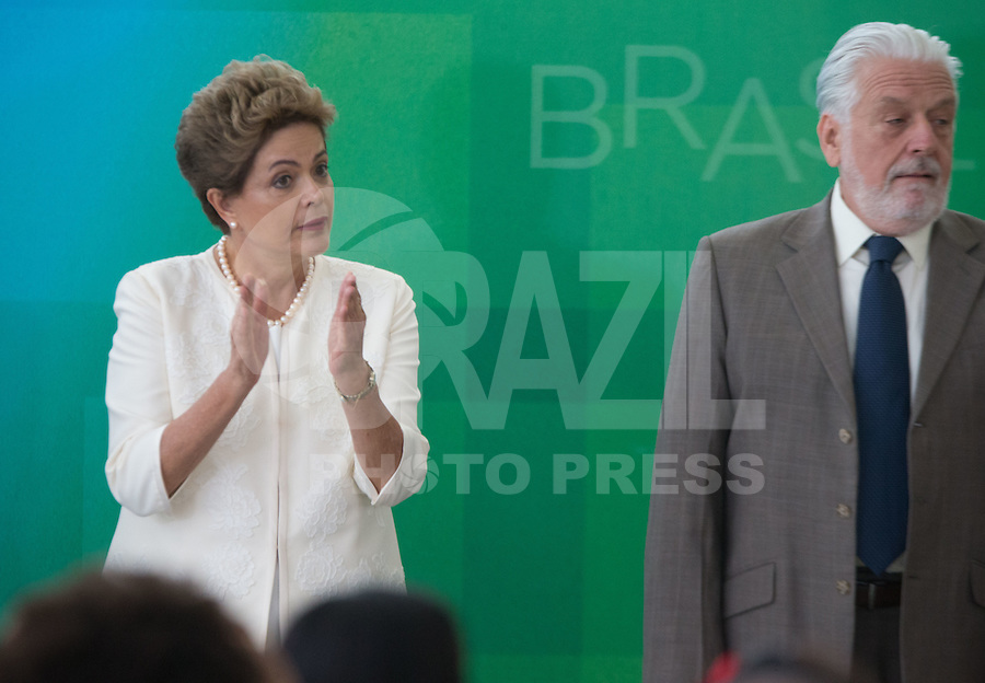 BRASILIA, DF, 19.11.2015 - DILMA-NEGROS-  A presidente Dilma Roussef e o ministro da Casa Civil, Jaques Wagner,  durante a cerimônia comemorativa do Dia Nacional da Consciência Negra, no Palácio do Planalto, nesta quinta-feira, 19.(Foto:Ed Ferreira / Brazil Photo Press/Folhapress)