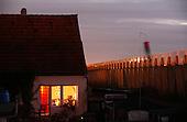 BERLIN, NIEMCY, 10/2009:.Dom w Treptow, przy murze autostrady..Dwie dzielnice Berlina; Rudow, znajdujace sie w bylym Berlinie Zachodnim, oraz Treptow, po wschodniej stronie, byly przez lata rozdzielone murem berlinskim. Gdy mur runal, zostaly on z powrotem zjednoczone az do momentU, gdy miedzy nimi wyrosla nowa bariera - autostrada zbudowana wzdluz pasa ziemi niczyjej na ktorej stal mur.  .Fot: Piotr Malecki / Napo Images...A house by the wall of motorway in Treptow..Two Berlin neighbourhoods; Rudow, on the western side and Treptow in the East, used to be divided by the infamous Berlin Wall until 1989. Now they both are a part of the same Germany, although quite recently they have been divided again, by a new motorway built along the no-man's land of the wall. .Berlin - Treptow, October 2009.(Photo by Piotr Malecki / Napo Images) ..
