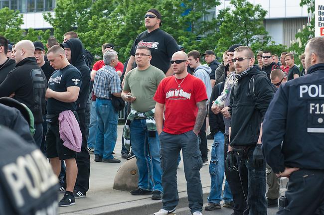Am Samstag den 26. April 2014 versuchte die Neonazipartei NPD in Berlin erneut einen Aufmarsch durch den Stadtteil Kreuzberg. 6.000 Menschen protestierten mit diversen Blokade dagegen und verhinderten, dass die ca 70 Neonazis weiter als 150m laufen konnten.<br /> So war nach 3 Minuten Marsch f&uuml;r die NPD Schluss und die Neonazis mussten zum Startpunkt am S-Bahnhof Jannowitzbruecke umdrehen. Auch wenn ueber den NPD-Lautsprecherwagen mehrfach behauptet wurde, die Demonstration sei in Kreuzberg, ist doch richtig, dass die Neonazis sich nur in Berlin-Mitte befanden.<br /> Im Bild: Neonazis halten Ausschau in Richtung einer Blockade durch Linke.<br /> Spruch auf dem roten T-Shirt: &quot;Leben ist Kampf&quot;.<br /> 26.4.2014, Berlin<br /> Copyright: Christian-Ditsch.de<br /> [Inhaltsveraendernde Manipulation des Fotos nur nach ausdruecklicher Genehmigung des Fotografen. Vereinbarungen ueber Abtretung von Persoenlichkeitsrechten/Model Release der abgebildeten Person/Personen liegen nicht vor. NO MODEL RELEASE! Don't publish without copyright Christian-Ditsch.de, Veroeffentlichung nur mit Fotografennennung, sowie gegen Honorar, MwSt. und Beleg. Konto:, I N G - D i B a, IBAN DE58500105175400192269, BIC INGDDEFFXXX, Kontakt: post@christian-ditsch.de<br /> Urhebervermerk wird gemaess Paragraph 13 UHG verlangt.]