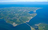 4415/Fehmarnsund :EUROPA, DEUTSCHLAND, SCHLESWIG- HOLSTEIN, 07.06.2005: Der Fehmarnsund ist die Meerenge zwischen der dritgroessten Deutschen Ostseeinsel Fehmarn und dem Festland von Schleswig- Holstein.  Die Fehmarnsundbruecke verbindet die Insel Fehmarn in der Ostsee mit dem Festland bei Großenbrode.<br />Die 963 Meter lange kombinierte Straßen- und Eisenbahnbruecke ueberquert den 1.300 Meter breiten Fehmarnsund, hat eine lichte Hoehe von 23 Metern ueber dem Mittelwasser und wurde 1963 in Betrieb genommen. Zeitgleich wurde die Faehrlinie von Großenbrode-Kai nach Gedser durch die Faehrlinie Puttgarden-Rødby (Daenemark) ersetzt. Durch die Fehmarnsundbruecke und den gleichzeitig gebauten Faehrhafen Puttgarden auf Fehmarn wurde die durchschnittliche Reisezeit auf der so genannten Vogelfluglinie von Hamburg nach Kopenhagen deutlich verkuerzt. Ostsee, Meerenge, Vogelfluglinie, Bundesstrasse B207, Europastrasse E47, Verbindung nach Skandinavien, Insel, Wasser, Meer, Ost Fehmarn,  Luftaufnahme, Luftbild,  Luftansicht