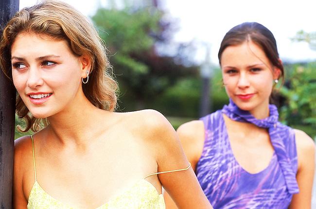 Deux femmes dans la rue. *** Two women in street.