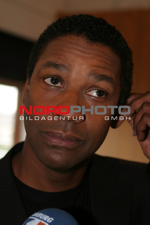 Foto Call zum Kinofilm &quot;Der Manschurian Kandidat&quot; mit Denzel Washington  im Hotel Royal Meridian in Hamburg.<br /> Denzel Washington fasst sich ans linke Ohr.<br /> Foto &copy; nordphoto / Volker Sarbach<br />  *** Local Caption *** Foto ist honorarpflichtig! zzgl. gesetzl. MwSt.<br />  Belegexemplar erforderlich<br /> Adresse: nordphoto<br /> Georg-Reinke-Strasse 1<br /> 49377 Vechta