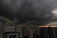FOTO EMBARGADA PARA VEICULOS INTERNACIONAIS. SAO PAULO, SP, 10/11/2012, NUVENS CARREGADAS. Com a elevação da temperatura nesse Sabado, as condiçoes contribuiram para formação de nuvens carregadas sobre a capital paulista. Luiz Guarnieri/ Brazil Photo Press