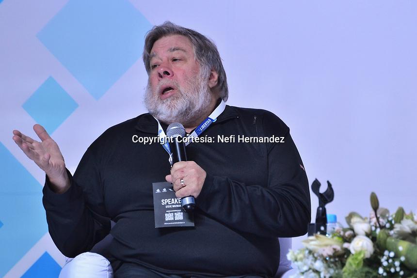 Querétaro, Qro. 10 de noviembre de 2017.- Steve Wozniak, el co fundador de Apple dictó la conferencia 'La inovación disruptiva es posible: de la idea a su realización'. Durante su participación en el Encuentro Empresarial 2017 realizado en Querétaro, pidió no tener miedo por los avances en inteligencia artificial