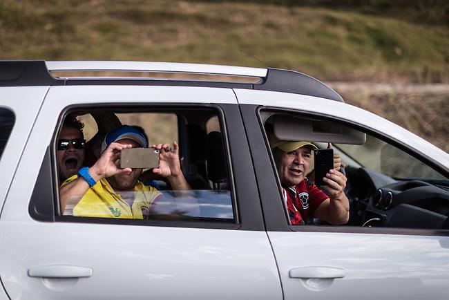 Con gritos, hurras y fotos un grupo de hinchas de la Seleccion Colombia sobrepasa en la carretera all bogotano John Jairo Zapata que a bordo de su Willis 1953 cubre  los 1200 kilometros de Brasilia a Cuiaba,  el  20 Junio 2014. <br /> John Jairo es revendedor de carros y se enamor&oacute; del Willis que era del Erj&eacute;rcito de EEUU ni bien lo vi&oacute; y lo reconstruy&oacute; totalmente. A lo largo de dos meses cumple su sue&ntilde;o de acompa&ntilde;ar a la Seleccion Colombia en el mundial de Brasil, viajando miles de kilometros a una marcha promedio de 60 KM por hora, durmiendo en alojamientos economicos y compartiendo gastos con eventuales hinchas que se han ido sumando a la Expedicion Jipao, como el la ha bautizado.<br /> <br />   Lorenzo Moscia/Archivolatino<br /> <br /> lCOPYRIGHT: Archivolatino<br /> Solo para uso editorial, prohibida su venta y su uso comercial.eccion Colombia en Brasiliacomercial.eccion Colombia en Brasilia