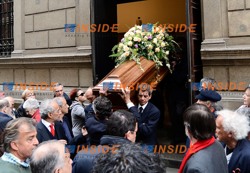 La bara esce dal teatro <br /> Milano 31/05/2013 Teatro Strehler  - funerali Franca Rame rito civile <br /> foto Daniele Buffa/Image/Insidefoto