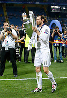Calcio, finale di Champions League: Real Madrid vs Atletico Madrid. Stadio San Siro, Milano, 28 maggio 2016.<br /> Real Madrid&rsquo;s Gareth Bale kisses the Champions League trophy at the end of their final match against Atletico Madrid, at Milan's San Siro stadium, 28 May 2016. Real Madrid won 5-4 on penalties after the game ended 1-1.<br /> UPDATE IMAGES PRESS/Isabella Bonotto