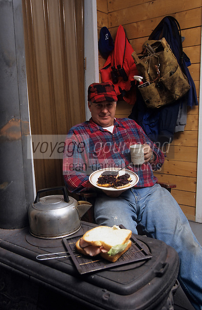 Amérique/Amérique du Nord/Canada/Quebec/Parc régional des Hautes-Gorges : G. Quintin trappeur,  mange un gâteau aux bleuets [Autorisation : 210]