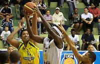 BUCARAMANGA -COLOMBIA, 07-05-2013. Jason Edwin (C) de Búcaros trata de anotar sobre la marca de Divier Pérez Solano (I) de Bambuqueros durante partido de la fecha 12 fase II de la  Liga DirecTV de baloncesto Profesional de Colombia realizado en el coliseo Vicente Díaz Romero en Bucaramanga./ Jason Edwin (C) of Bucaros tries to score over the mark of Stalin Ortiz (L) of Bambuqueros during match of the 12th date phase II of  DirecTV professional basketball League in Colombia at Vicente Diaz Romero coliseum in Bucaramanga . Photo:VizzorImage / Jaime Moreno / STR