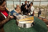 Ein Kind legt seine Hand in einen Abdruck des Präsidenten Nursultan Nazarbajew. Der Bayterek Turm gilt als Wahrzeichen der neuen kasachischen Haupstadt Astana, die der Präsident errichten ließ. An der Architektur des Turms hat er selbst mitgearbeitet. Es heißt, dass ein Wunsch in Erfüllung ginge, wenn man seine Hand in den Abdruck der Hand des Präsidenten legt. Für viele Kasachen geht mit dem Besuch in Astana ein Wunsch in Erfüllung. Kasachstan ist rohstoffreich und prosperiert. Kritik an den Schattenseiten des Aufstiegs duldet das System von Präsident Nursultan Nasarbajew nur geringfügig. Bilder von Hinterhöfen und grauen Vorstädten sollen nicht an die Öffentlichkeit gelangen. / Kazakhstan is a resource-rich and prosperous country.  President Nursultan Nasarbajew's system hardly allows any criticism. Pictures of backyards and suburbs are not supposed to go public.