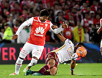 BOGOTA - COLOMBIA - 18-12-2016: Humberto Osorio (L) player of Independiente Santa Fe struggles for the ball with Gabriel Gomez (R) player of Deportes Tolima, during a match for the second leg between Independiente Santa Fe and Deportes Tolima, for the final of the Liga Aguila II -2016 at the Nemesio Camacho El Campin Stadium in Bogota city, Photo: VizzorImage / Luis Ramirez / Staff.