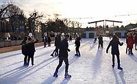 Nederland - Amsterdam - december 2018. IJshockey op de ijsbaan op het Museumplein. Boven de ijsbaan een replica van de Magere Brug.      Foto Berlinda van Dam / Hollandse Hoogte