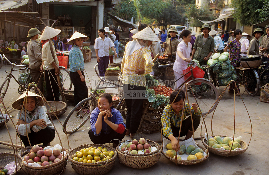 Asie/Vietnam/Hanoi: le marché marchandes de fruits exotiques