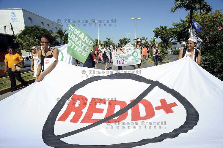 Messico,Cancun.5  Dicembre 2010.Manifestazione contro il vertice cop 16 di Cancun e per promuovere il forum alternativo per la Vita  e la giustizia ambientale e sociale..Mexico, Cancun.March of Via Campesina against COP 16 in Cancun