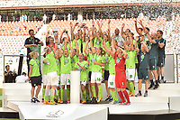 20170527 - KOELN , GERMANY : Wolfsburg's team after winning the cup final pictured after the final of German Women's Cup 2017 - Pokal Final Frauen , a soccer women game between SC Sand and holders VfL Wolfsburg  , at the Rhein Energie Stadion , saturday 27 th Mayl 2017 . PHOTO SPORTPIX.BE | DIRK VUYLSTEKE