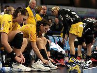 EHF Champions League Handball Damen / Frauen / Women - HC Leipzig HCL : SD Itxako Estella (spain) - Arena Leipzig - Gruppenphase Champions League - im Bild: Stille auf der Bank nach dem Abpfiff - Luisa Schulze (l.) und Karolina Kudlacz. Foto: Norman Rembarz .