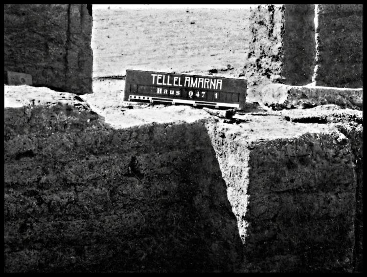 Tell el Amarna, 6/12/ 1912, quartier des artistes, Maison P 47, Mise au jour de l'atelier du sculpteur Thoutmosis, par la Deutsche Orient Gesellschaft, dirigee par Ludwig Borchardt.<br />Excavation of the Artists quarter by  LudwigLudwig Borchardt , Deutsche Orient Gesellschaft.