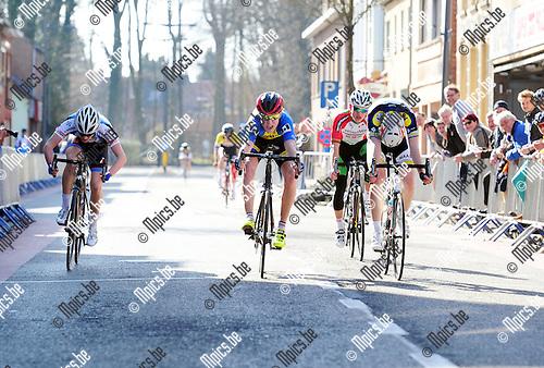 2015-03-08 / Wielrennen / Seizoen 2015 / Nieuwelingen Essen / De beelden van de fotofininh moesten bekeken worden om Tom Bierkens (midden) als winnaar aan te duiden. Hij haalde het zeer nipt voor Danny Maas (r.)<br /><br />Foto: Mpics.be