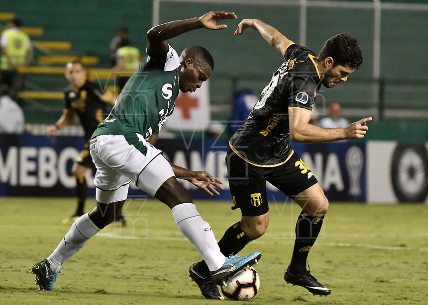 PALMIRA - COLOMBIA, 04-04-2019: Richard Renteria del Cali disputa el balón con Jose Ortigoza del Guarani durante partido por la primera ronda de la Copa CONMEBOL Sudamericana 2019 entre Deportivo Cali de Colombia y Club Guaraní de Paraguay jugado en el estadio Deportivo Cali de la ciudad de Palmira. / Richard Renteria of Cali vies for the ball with Jose Ortigoza of Guarani during match for the first round as part Copa CONMEBOL Sudamericana 2019 between Deportivo Cali of Colombia and Club Guarani of Paraguay played at Deportivo Cali stadium in Palmira city.  Photo: VizzorImage / Gabriel Aponte / Staff