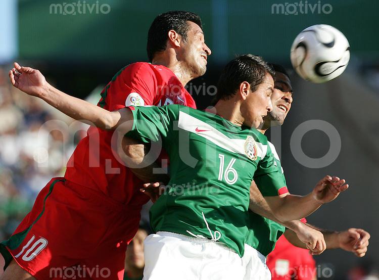 Fussball WM 2006        Mexiko - Iran Ali DAEI (links, IRN) im Zweikampf mit Mario MENDEZ (rechts, MEX).