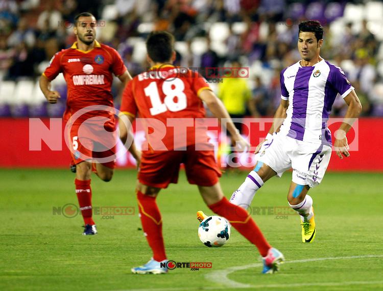 Real Valladolid´s Javi Guerra (l) and Getafe's  Rafa Lopez (r) during La Liga match.August 31,2013. (ALTERPHOTOS/Victor Blanco)