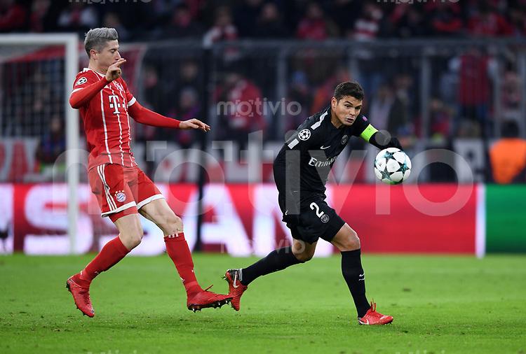 FUSSBALL CHAMPIONS LEAGUE SAISON 2017/2018 GRUPPENPHASE FC Bayern Muenchen - Paris Saint-Germain               05.12.2017 Robert Lewandowski (li, FC Bayern Muenchen) gegen Thiago Silva (re, Paris Saint-Germain)