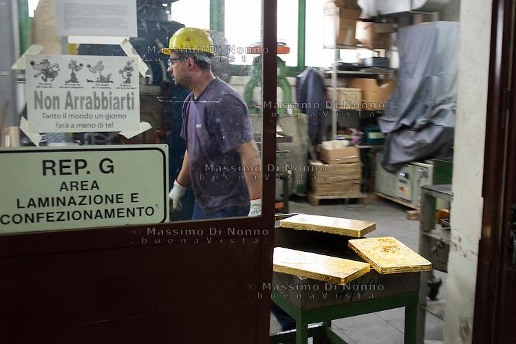 Arezzo: un operaio trasporta un lingotto d'oro all'interno dello stabilimento Chimet. L'azienda recupera metalli preziosi (oro, platino, palladio, iridio, argento) da materiali di scarto come catalizzatori di marmitte, batterie, contatti elettrici di cellulari, computer o materiali di scarto industriale.<br /> <br /> <br /> Arezzo: The Chimet company recovers precious metals (gold, platinum, palladium, iridium, silver) from waste materials such as catalysts, mufflers, batteries, electrical contacts to phones, computers or industrial waste materials.