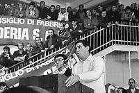 """- Paride Batini, """"console"""" della CULMV (Compagnia Unica Lavoratori e Manovalanza Varia), organizzazione dei lavoratori portuali di Genova, interviene durante una assemblea sindacale nella """"Sala Chiamata"""" (febbraio 1987)....- Paride Batini, """"consul"""" of CULMV (Single Company of Worker and Varied Laborers), organization of Genoa port workers, speak during a labor union meeting in the """"Call Room """" (February 1987)"""
