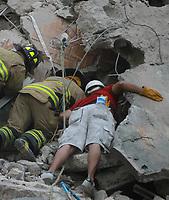 MEX60. CIUDAD DE MÉXICO (MÉXICO), 19/09/2017.- Bomberos mexicanos y rescatistas buscan personas con vida en medio de edificios colapsados en Ciudad de México (México), hoy, martes 19 de septiembre de 2017, tras un sismo de magnitud 7,1 en la escala de Richter, que sacudió fuertemente el centro del país y causó escenas de pánico justo cuanto se cumplen 32 años de poderoso terremoto que provocó miles de muertes. Las autoridades mexicanas elevaron hoy a 149 la cifra de víctimas mortales del terremoto de magnitud 7,1 que sacudió el centro del país, mientras que los servicios de emergencia continúan las labores de rescate en las zonas afectadas. EFE/Mario Guzmán