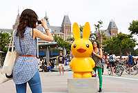 Nederland Amsterdam 2015 07 30 .In 2015 wordt Nijntje 60 jaar. Een van de evenementen die georganiseerd worden is de Nijntje Art Parade. Nijntjes en toeristen op het Museumplein