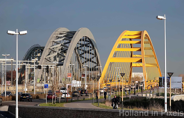 Nederland Utrecht - november 2018.  Leidsche Rijn. De Vleutensebaan. De Hogeweidebrug (geel) en een spoorbrug.  Foto Berlinda van Dam / Hollandse Hoogte