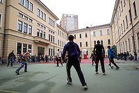Milano, ragazzi giocano a pallone nel cortile del liceo Manzoni --- Milan, boys playing football in the yard of Manzoni high school