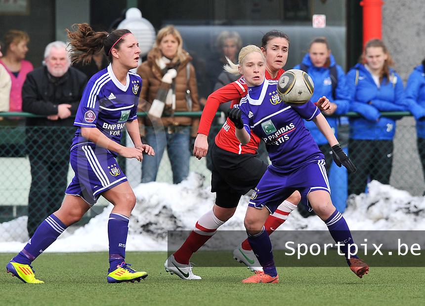 RSC Anderlecht Dames - PSV / FC Eindhoven : Stephanie Van Gils aan de bal voor Manon Van Den Boogaard.foto David Catry / Vrouwenteam.be