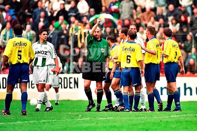 groningen - heracles eerste divisie nacompetitie seizoen 1999-2000 20-05-2000 mario vd ende geeft geel