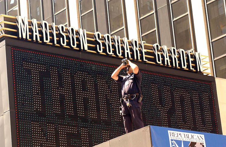 8/29/04.2004 REPUBLICAN NATIONAL CONVENTION/SECURITY--Police do surveillance at Madison Square Garden, site of the convention, which will begin tomorrow..CONGRESSIONAL QUARTERLY PHOTO BY SCOTT J. FERRELL