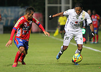 BOGOTA -COLOMBIA. 26-02-2014. Lionard Pajoy de La Equidad disputa el balon contra Luis Malagon del Deportivo Pasto  partido por la octava   fecha de La liga Postobon 1 disputado en el estadio Metropolitano de Techo . /   Lionard Pajoy of La Equidad  fights the ball  against  Luis Malagon of Deportivo Pasto  of  eight round during the match  of The Postobon one league  at the Metropolitano of Techo Stadium . Photo: VizzorImage/ Felipe Caicedo / Staff
