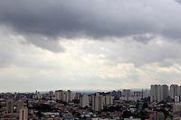 SAO PAULO, SP. 11 DE JANEIRO 2012. CLIMA TEMPO. Ceu com algumas nuvens escuras, mas sem chuva, no bairro do Jabaquara, regiao sul de SP, na tarde desta quarta-feira, 11. FOTO MILENE CARDOSO - NEWS FREE