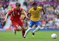 Olympia 2012 London  Fussball  Maenner   29.07.2012 Brasilien - Weissrussland Stanislav DRAGUN (li, Belarus) gegen NEYMAR (Brasilien)