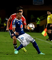 BOGOTÁ - COLOMBIA, 17-05-2018: Juan Guillermo Domínguez (Der.) jugador de Millonarios (COL), disputa el balón con Martín Benítez (Izq.) jugador de Club Atlético Independiente (ARG), durante partido entre Millonarios (COL) y Club Atlético Independiente (ARG), de la fase de grupos, grupo G, fecha 5 de la Copa Conmebol Libertadores 2018, en el estadio Nemesio Camacho El Campin, de la ciudad de Bogota. / Christian Huérfano (R) player of Millonarios (COL), figths for the ball with Martín Benítez (L) player of Club Atlético Independiente (ARG), during a match between Millonarios (COL) and Club Atletico Independiente (ARG), of the group stage, group G, 5th date for the Conmebol Copa Libertadores 2018 in the Nemesio Camacho El Campin stadium in Bogota city. VizzorImage / Luis Ramirez / Staff.