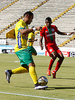 NEIVA - COLOMBIA -13 -07-2016: Carlos Robles (Izq.) jugador de Atletico Huila disputa el balón con Yonni Hinestroza (Der.) jugador de Atletico Bucaramanga, durante partido entre Atletico Huila y Cortulua, por la fecha 3 de la Liga Aguila II 2016 en el estadio Guillermo Plazas Alcid de Neiva. / Carlos Robles (L), player of Atletico Huila vies for the ball with Yonni Hinestroza (R) player of Atletico Bucaramanga, during a match between Atletico Huila and Cortulua, for the date 3 of the Liga Aguila II 2016 at the Guillermo Plazas Alcid Stadium in Neiva city. Photo: VizzorImage  / Sergio Reyes / Cont.