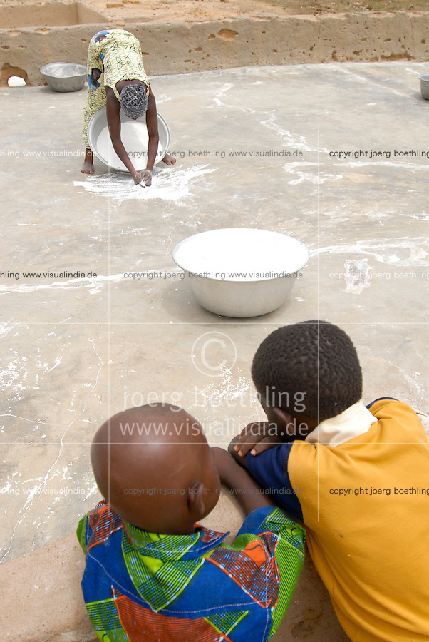 "Afrika Westafrika Burkina Faso .Frauen fegen Mehl nach mahlen und Trocknen zusammen -  Nahrung Afrikaner afrikanisch xagndaz | .Africa west-africa Burkina Faso women dry maize flour after milling.  -   food .| [ copyright (c) Joerg Boethling / agenda , Veroeffentlichung nur gegen Honorar und Belegexemplar an / publication only with royalties and copy to:  agenda PG   Rothestr. 66   Germany D-22765 Hamburg   ph. ++49 40 391 907 14   e-mail: boethling@agenda-fototext.de   www.agenda-fototext.de   Bank: Hamburger Sparkasse  BLZ 200 505 50  Kto. 1281 120 178   IBAN: DE96 2005 0550 1281 1201 78   BIC: ""HASPDEHH"" ,  WEITERE MOTIVE ZU DIESEM THEMA SIND VORHANDEN!! MORE PICTURES ON THIS SUBJECT AVAILABLE!! ] [#0,26,121#]"