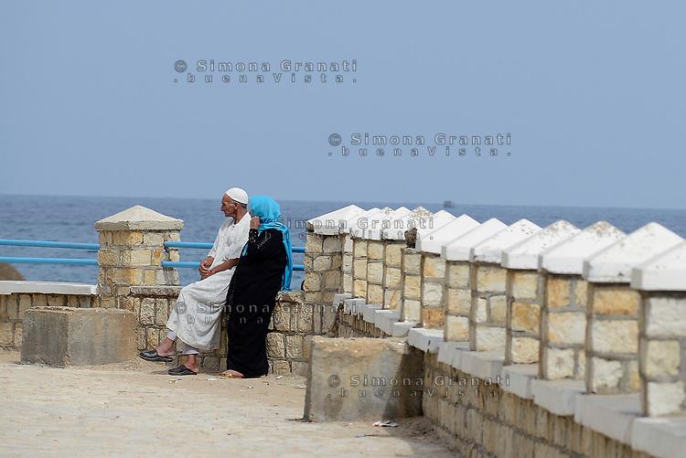 Tabarka, Tunisia, 18 Settembre 2018<br /> coppia di anziani sul lungomare