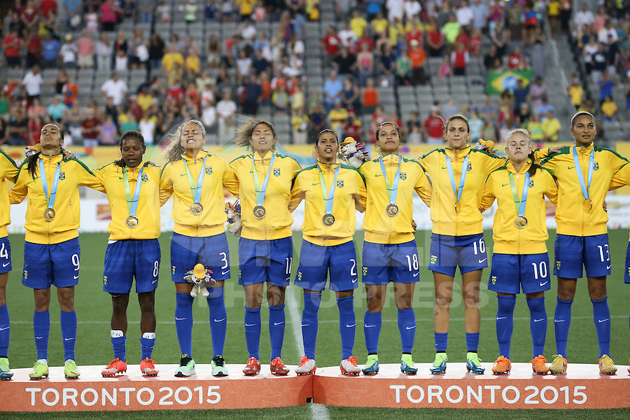 HAMILTON, CANADA, 25.07.2015 - PAN-FUTEBOL - Jogadoras do Brasil recebem medalha de ouro após ganhar de 4 a 0 da Colombia em partida da final do futebol feminino nos jogos Pan-americanos no Estadio Tim Hortons em Hamilton no Canadá neste sábado, 25.  (Foto: William Volcov/Brazil Photo Press)